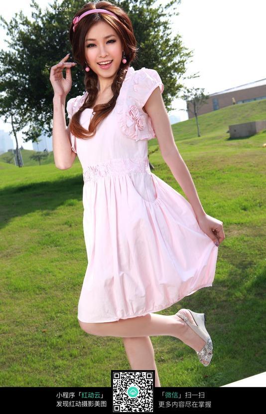 粉色连衣裙美女