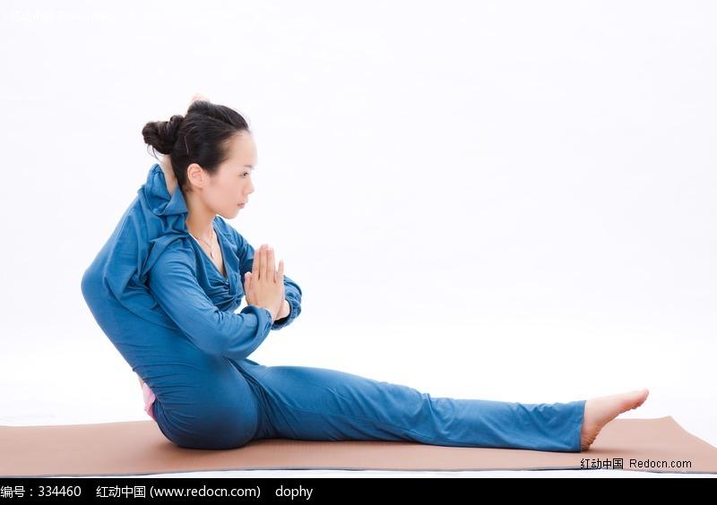 高难度动作的瑜伽美女设计图片
