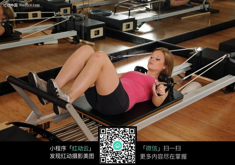 关键词:健身美体外国运动美女健身房器械运动