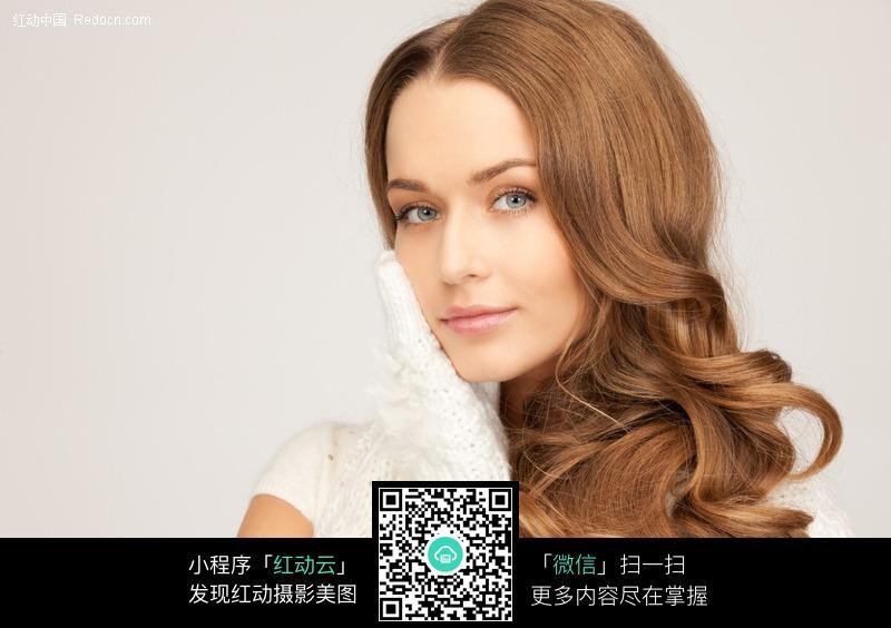 金色卷发的外国美女图片编号:385517