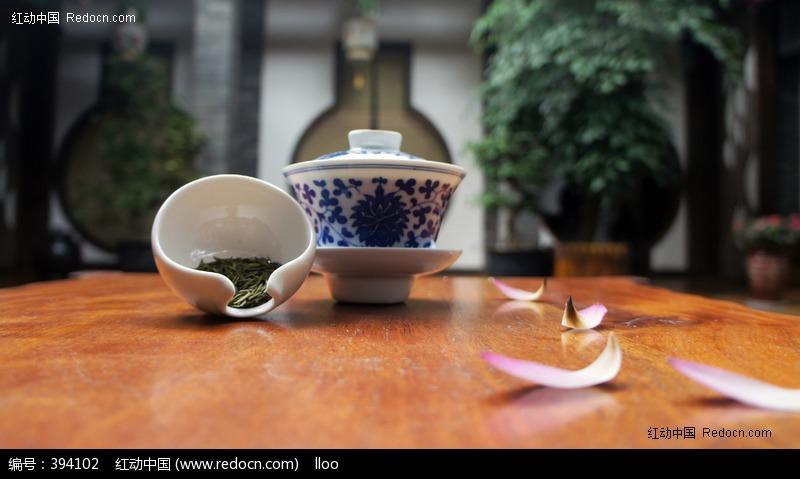 青花盖碗与绿茶设计图片