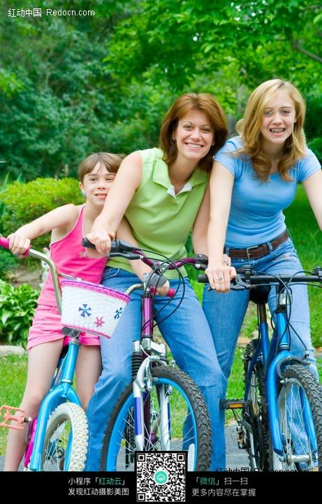 三个骑自行车的外国人设计图片