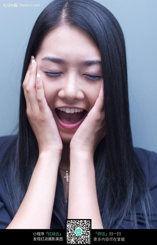 闭眼笑的美女图片 人物图片素材|图片库|图库下载: