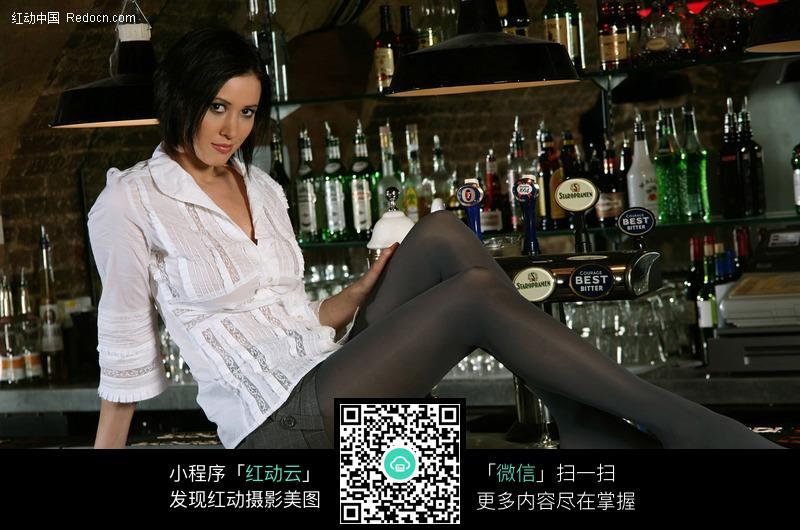 坐在台上的丝袜美女图片编号:408769