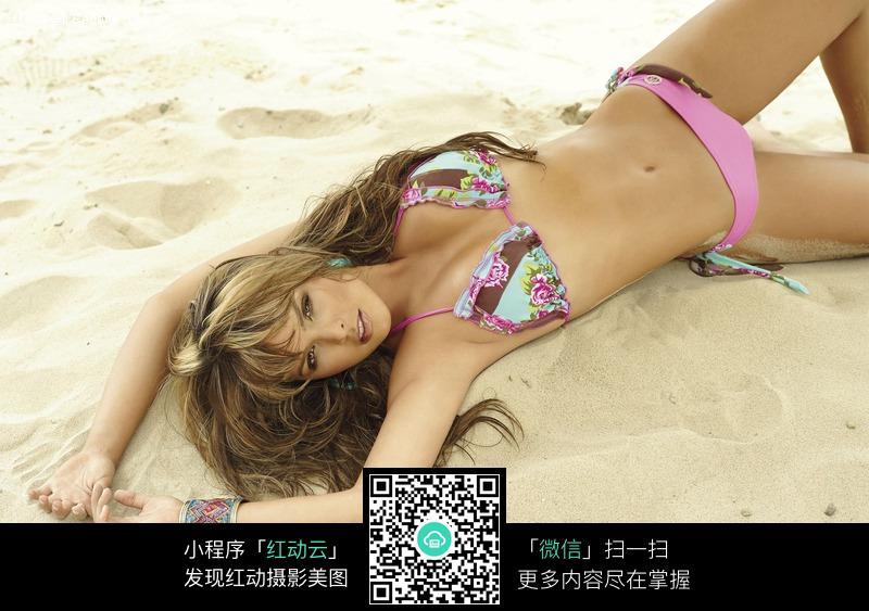 沙滩上躺着的泳衣美女设计图片