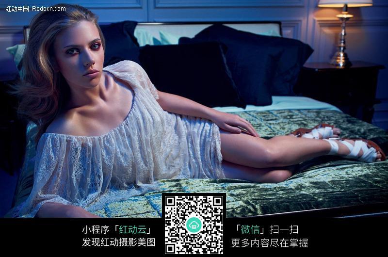 侧身趴在床上的外国美女图片 人物图片素材 图