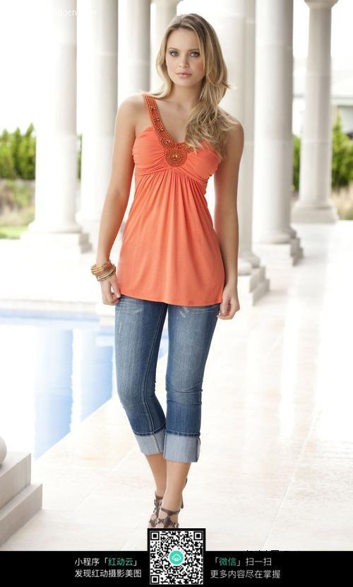 穿牛仔裤的外国美女图片编号:422165