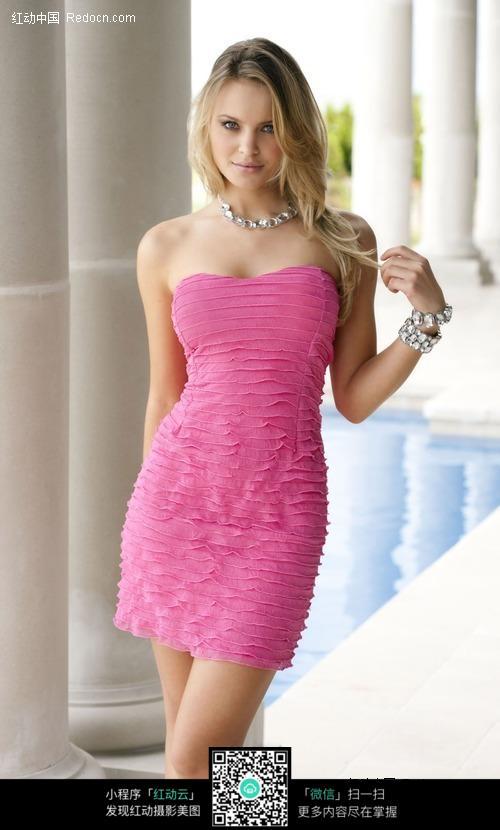 穿粉色裙子的外国美女图片(编号:422153)