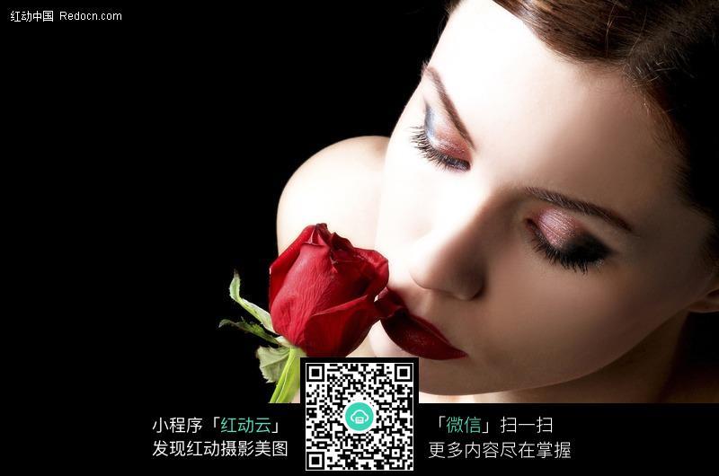 闻玫瑰花香的外国美女设计图片