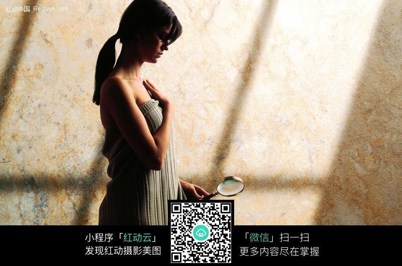 拿放大镜的外国女子图片编号:426723