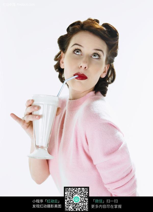 喝奶茶的外国美女图片编号:430495