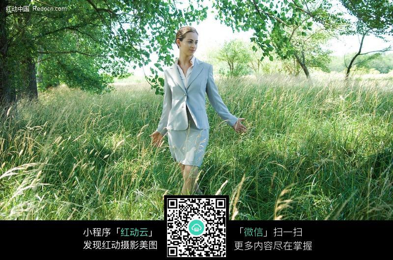 走在草丛里的外国美女图片编号:431971