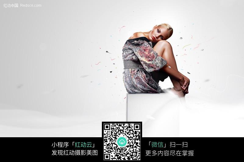 曲腿坐着的外国美女图片编号:432725 女性女