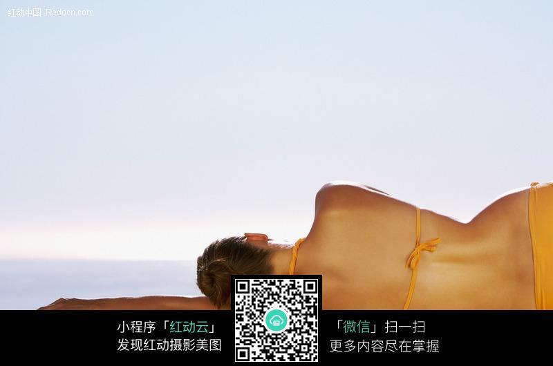 侧躺着晒太阳的美女背影设计图片