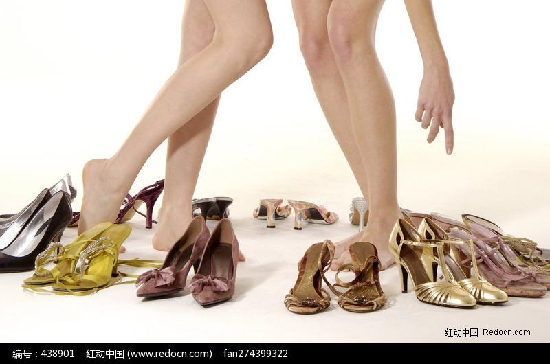 选鞋的外国美女美腿特写