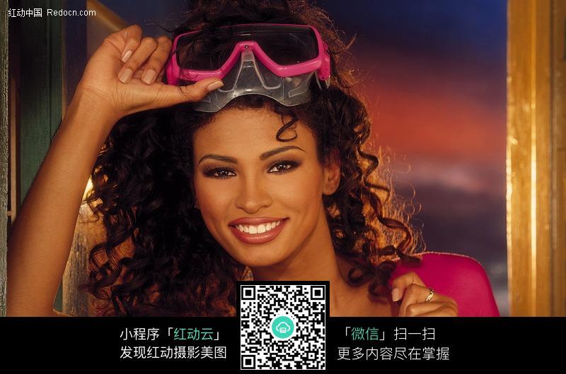 带潜水镜微笑的美女设计图片