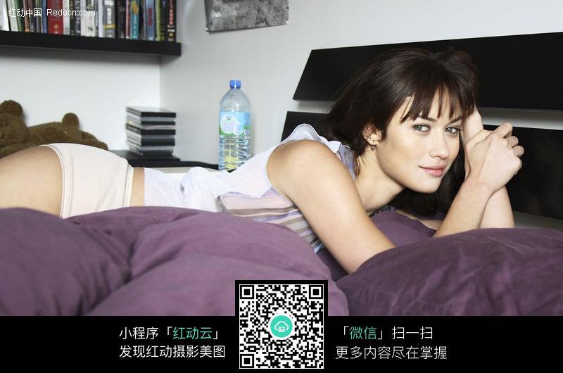 趴在床上抛媚眼的外国美女图片编号:450827