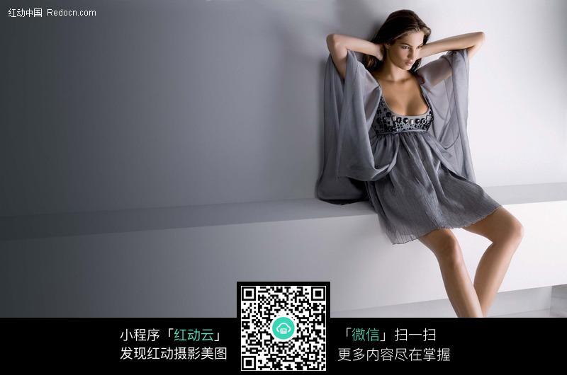穿灰色睡衣的外国美女图片编号:450937