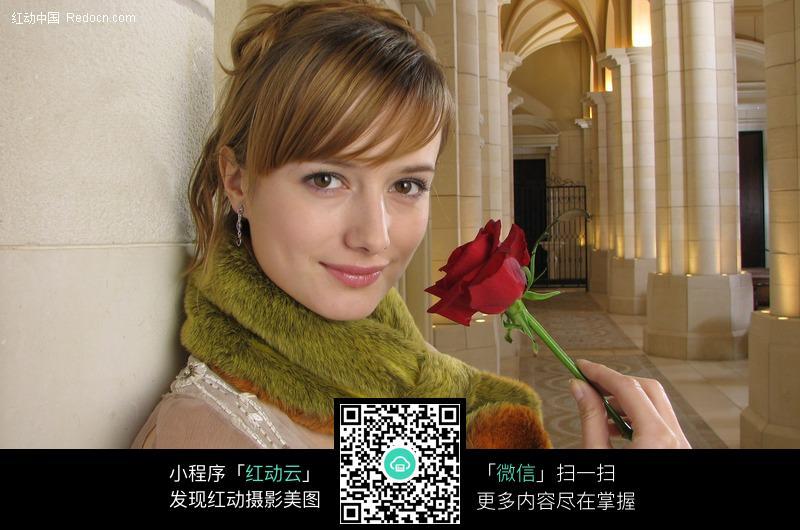 单手拿玫瑰的外国女子设计图片