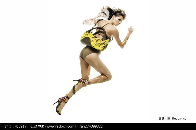 挎黄色小包的外国美女图片-人