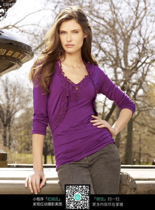 穿紫上衣的外国美女图片编号:464159