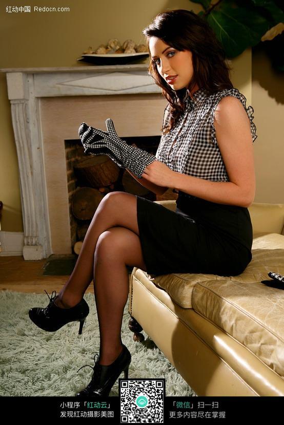 脱手套的外国美女图片编号:487131