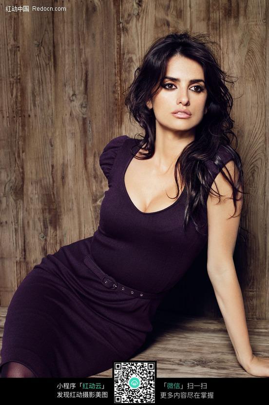 穿紫色紧身裙的外国性感美女