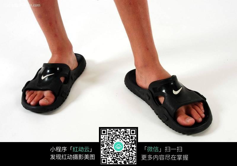 穿凉拖的男孩脚部特写图片(编号:500957)