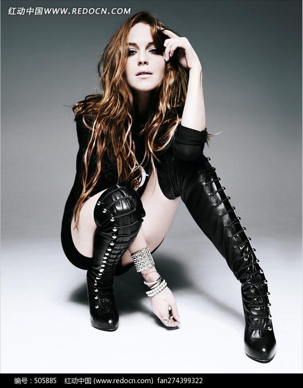 蹲在地上穿长靴的外国美女图片编号:505885
