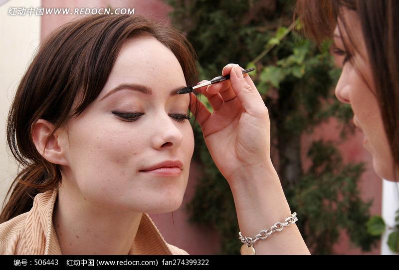 正在化妆的外国美女图片编号:506443