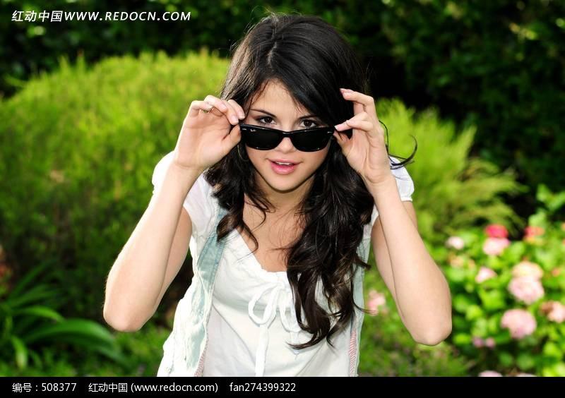 摘墨镜的外国小美女图片编号:508377