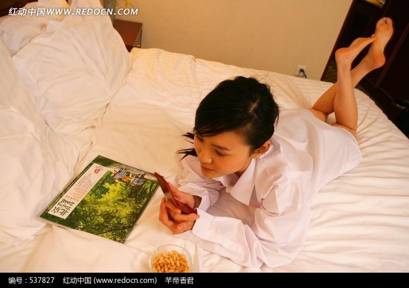 趴在床上玩的女人设计图片