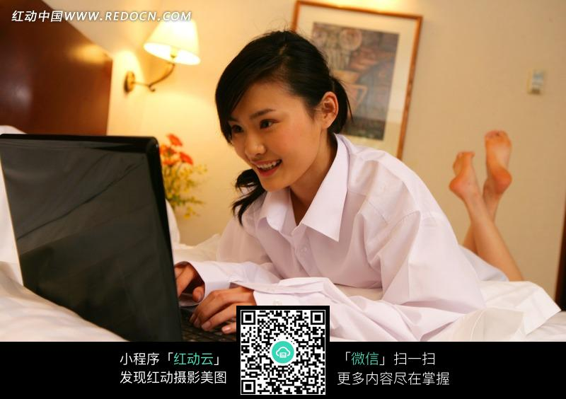 趴在床上玩电脑的美女图片编号:537801