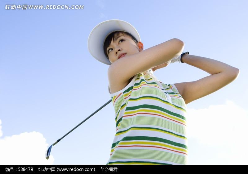 正在打高尔夫的女人图片(编号:538479)
