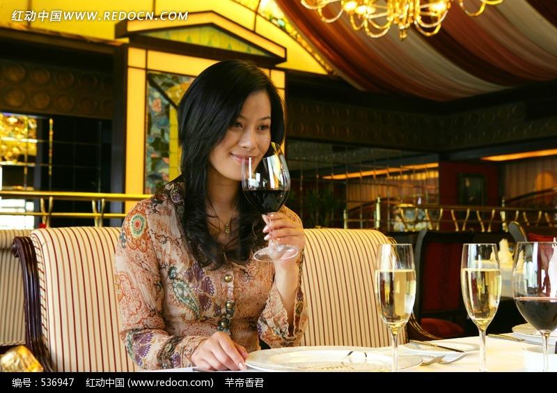 酒店内美女端起红酒杯图片图片编号:536947