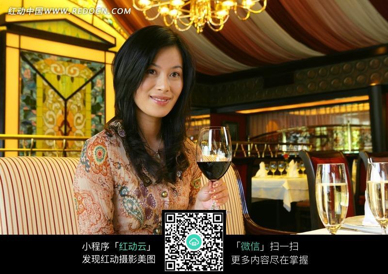 在酒店喝酒的美女jpg素材图片图片编号:536907