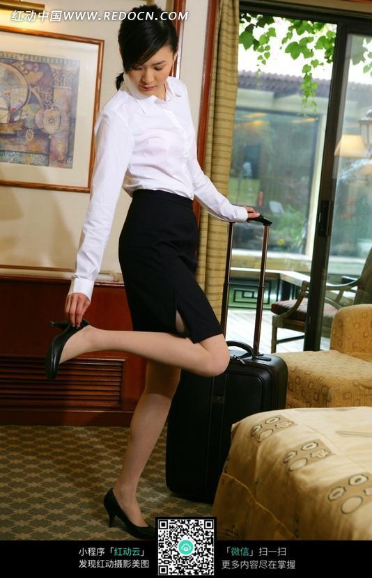 酒店客房整理鞋子的女人图片(编号:537655)