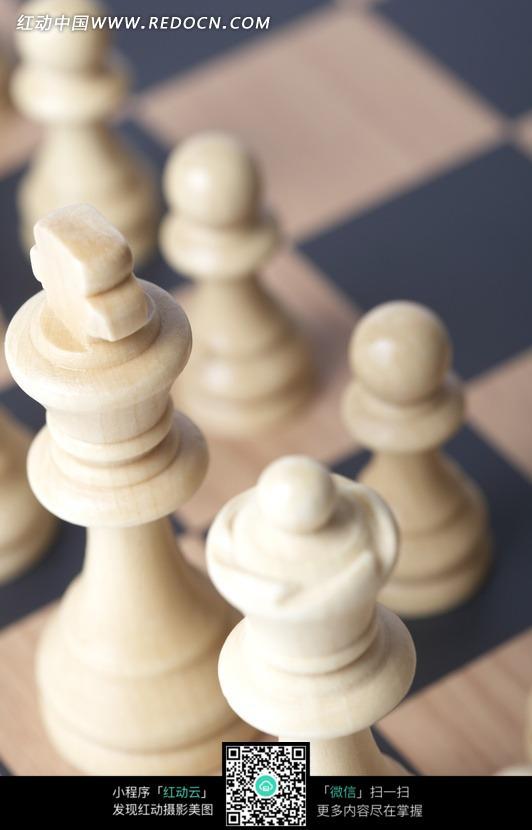 国际象棋棋盘上的棋子图片