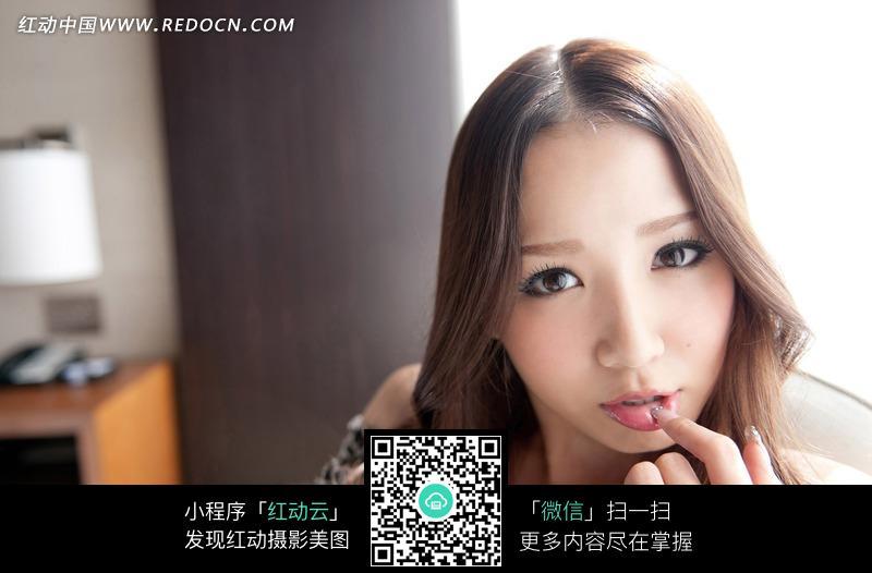 手指放在唇上的诱惑美女图片编号:556053