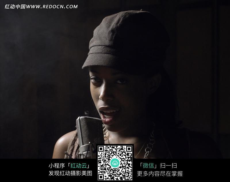 唱歌的帅气黑人美女图片编号:558827