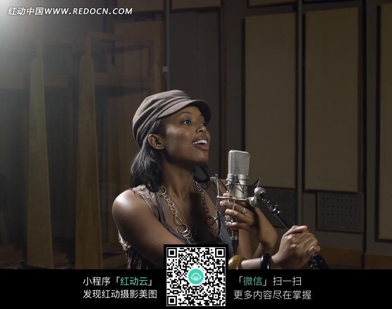 认真唱歌的黑人美女图片编号:558777
