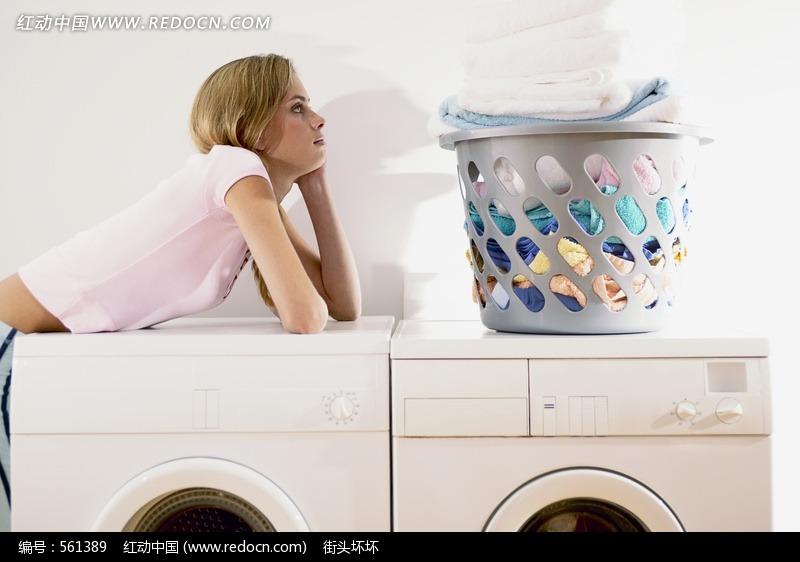 趴在洗衣机上的美女图片 人物图片素材|图片库|图库