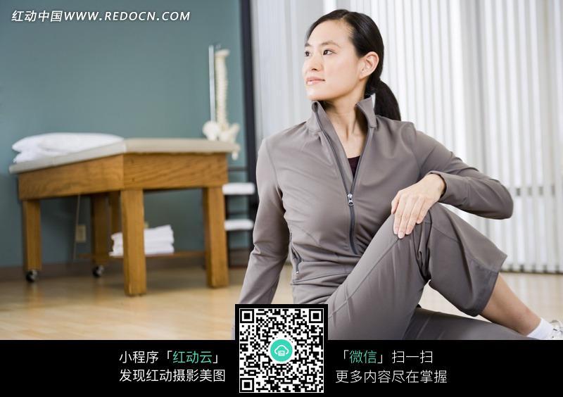 练瑜伽的美女设计图片
