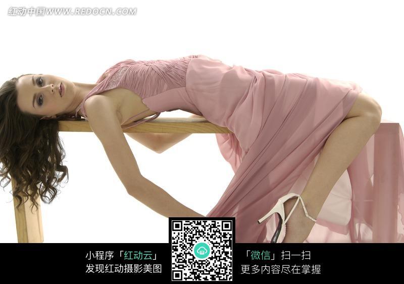 长凳上躺着的粉色礼服美女模特图片 人物图片