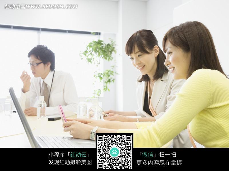 工作中交流的白领美女图片 现代商务图片|金融图片