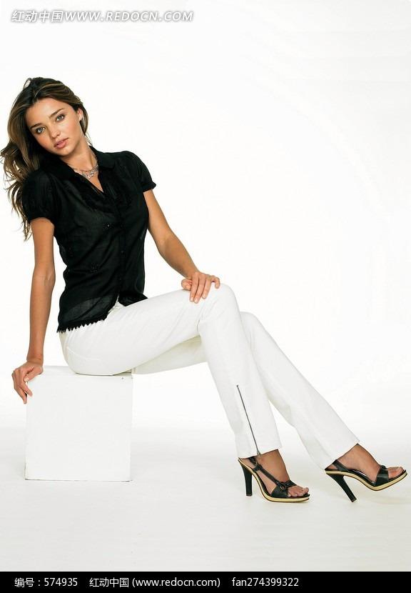 穿白裤黑衣的外国美女设计图片