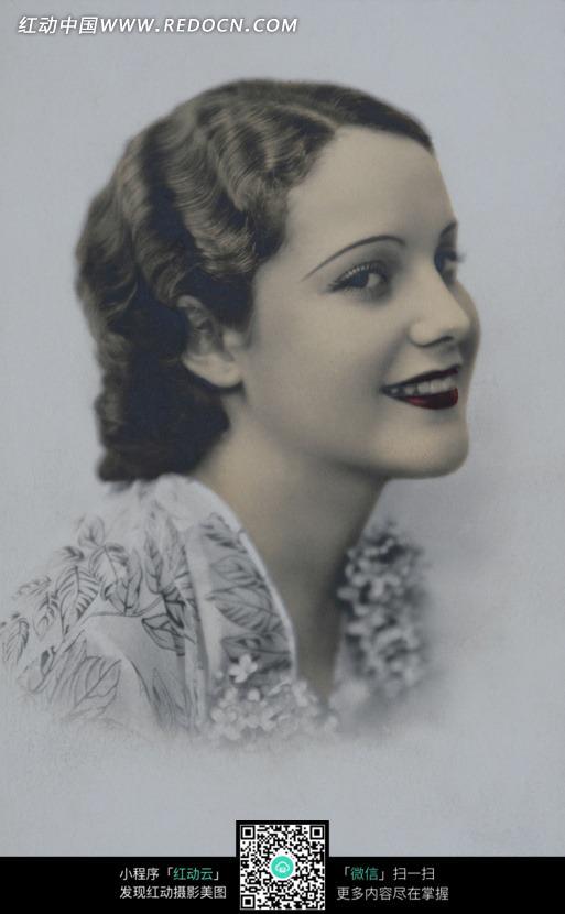 欧美复古风 微笑女人侧像图片编号:580195