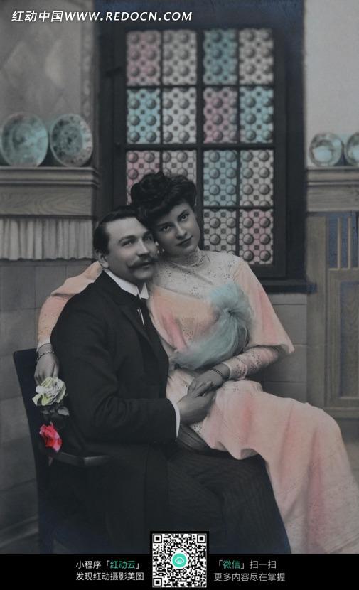 坐在男人腿上的女人情侣复古形象图片编号:5