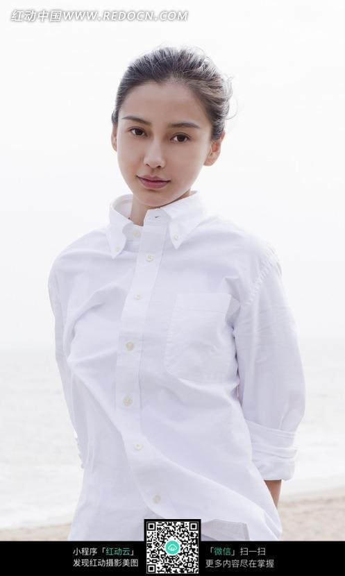 穿白衬衣手背着的杨颖图片编号:577873