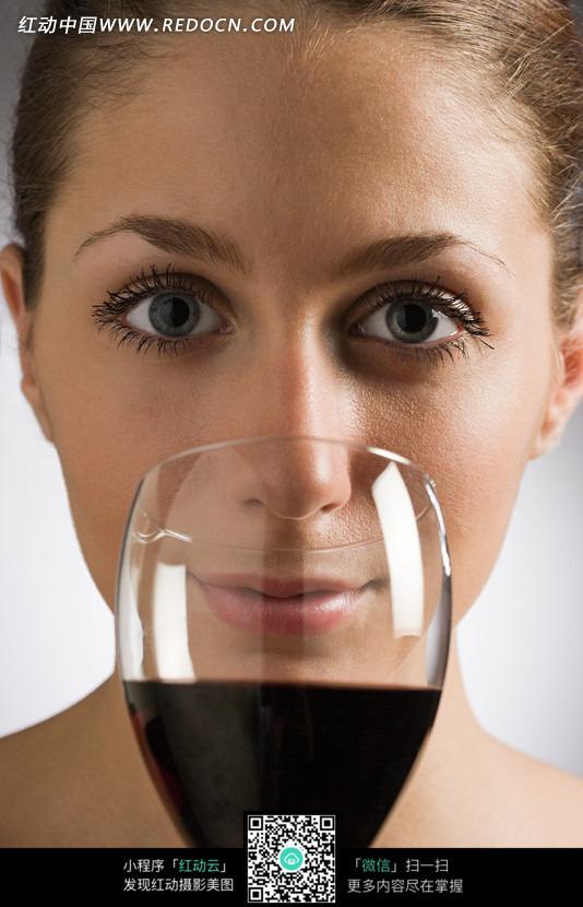 拿着酒杯喝酒的女孩特写图片 人物图片素材|图